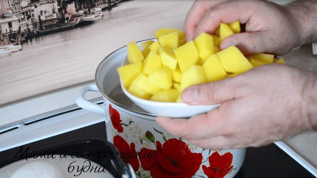 Нарезать картофель и засыпать его в кипящий бульон