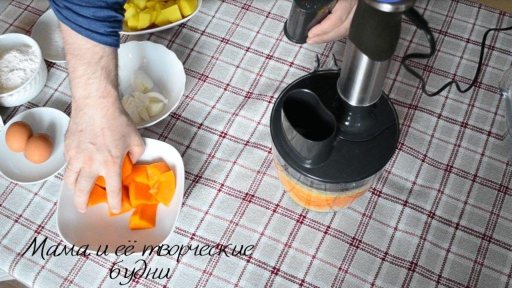 Трём на тёрке в кухонном комбайне тыкву и морковь