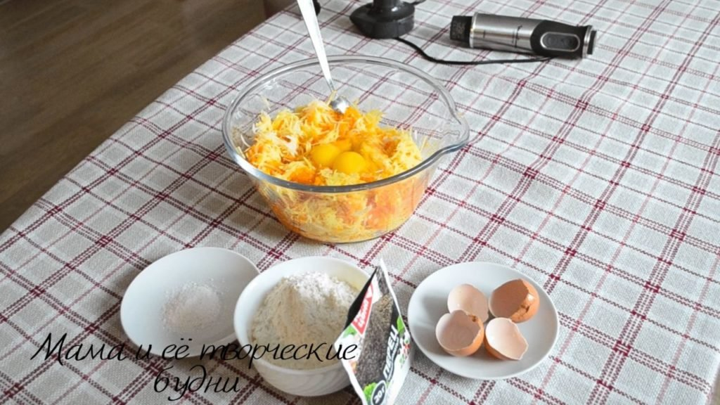 Добавляем яйца в массу