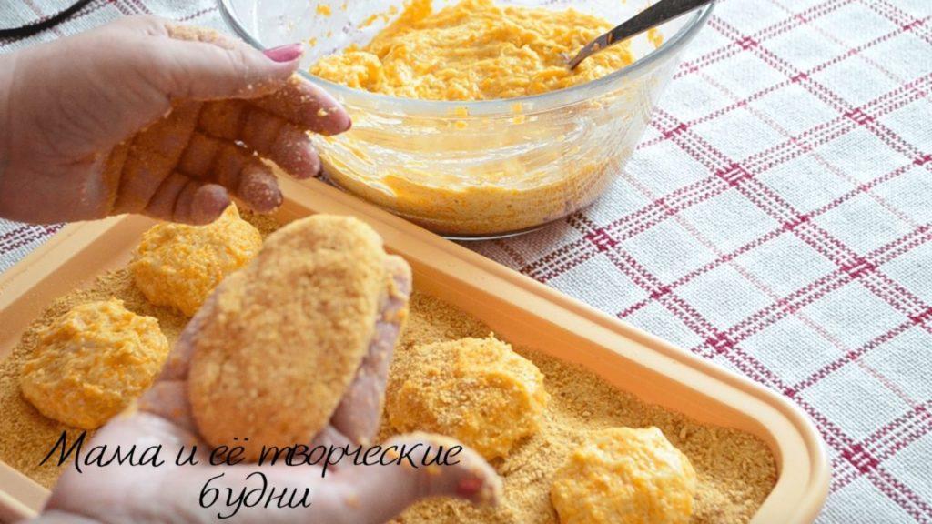 Панирую котлетки в хлебных сухарях