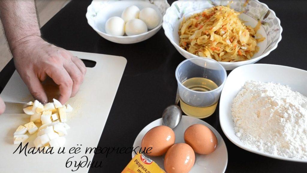 Шинкуем яйца варёные