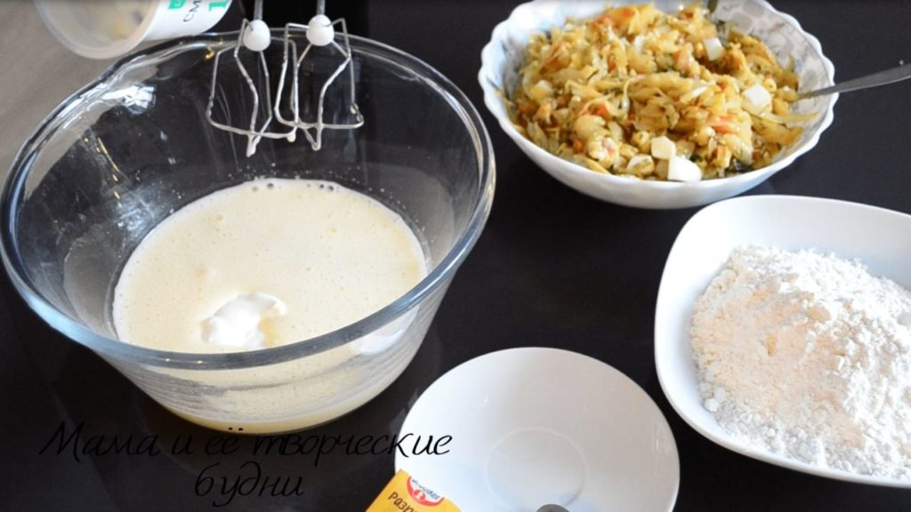 Готовим тесто для заливного пирога из капусты