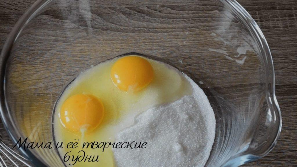 Смешиваем яйца и сахар для песочного теста