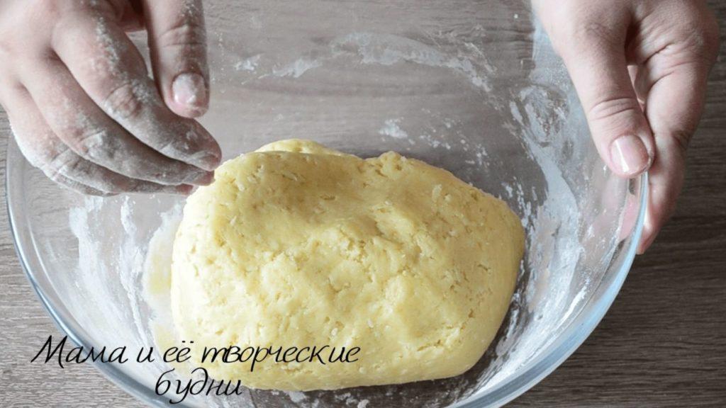Замешиваем тесто для песочного печенья