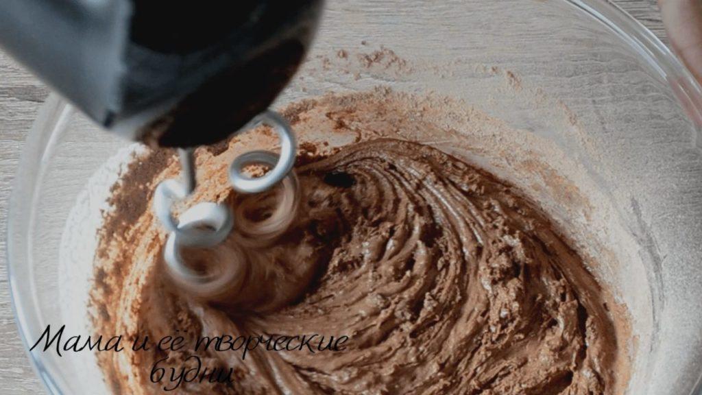 Смешиваем составляющие теста для шоколадного пирожного